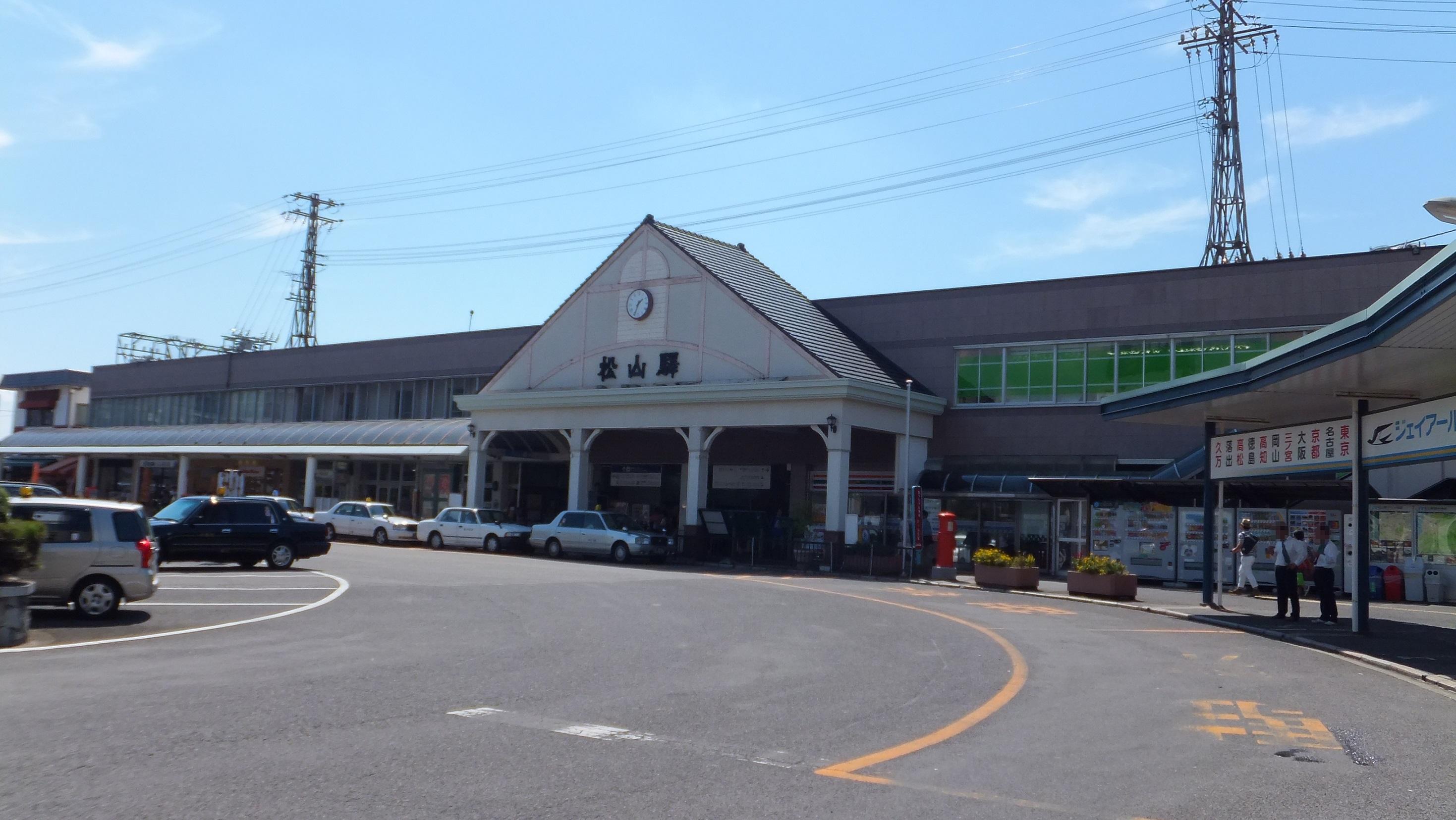 """""""Matsuyama Station (Ehime) 201509"""" by Sunport1216 - 投稿者自身による作品. Licensed under CC 表示-継承 4.0 via ウィキメディア・コモンズ -"""